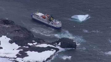 Началась эвакуация пассажиров севшего на мель около Антарктиды лайнера